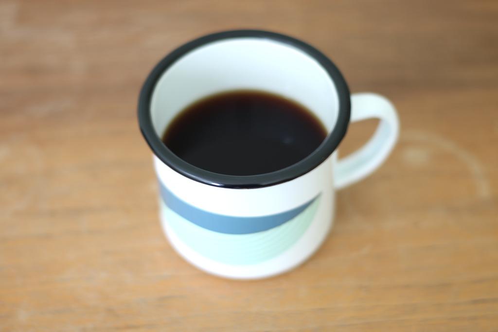 tasse-mit-schwarzem-rand
